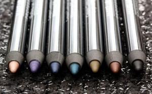 8Avoid black eyeliners